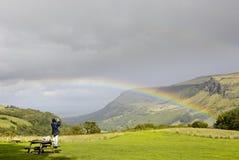 Turist- fotograf som tar bilden av regnbågen arkivbild