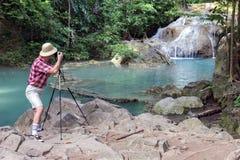 Turist- fotografera vattenfall Royaltyfri Bild