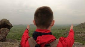 Turist- fotvandra för man på naturen med den lyftta handen stock video