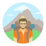 Turist för ung man med en ryggsäck på en bakgrund av berg Royaltyfria Foton