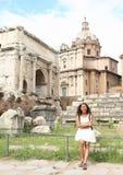 Turist- framme av Arco di Settimio Severo Arkivfoton