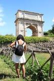 Turist- framme av Arco di Tito Arkivbilder
