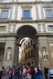Turist- framme på det Uffizi gallerit i Florence arkivfoto