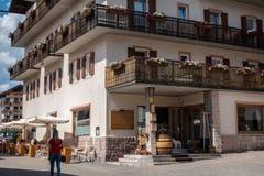 Turist- gå in i Cortinastaden, ` Ampezzo för Cortina D, söder arkivfoton