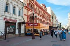 Turist- gata gamla Arbat i Moskva. Ryssland Royaltyfria Foton
