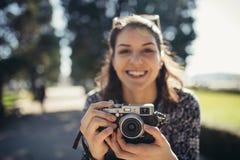 Turist- gatafotograf för ung hipster som besöker färgglade Lissabon Tycka om färgglat och upptaget stadsliv royaltyfri foto