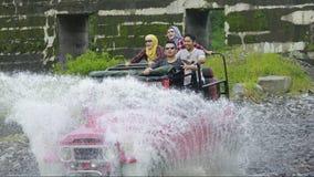 Turist- grupp för lycka som tycker om Jeep Tour Sensation Arkivbild