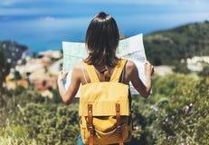 Turist- håll- och blicköversikt för Hipster på tur, livsstilbegreppsaffärsföretag, handelsresande med ryggsäcken på bakgrundsberg royaltyfri foto