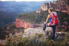 Turist- hållande ögonen på dalsikt för kvinna Arkivbild