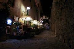 Turist- ha matställen i gatan på natten I territoriet av den Castiglione dellaen Pescaia royaltyfri foto