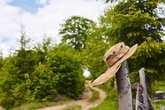 Turist- hatt som fladdrar i vinden Arkivfoton