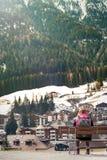 Turist i bergstad royaltyfria bilder