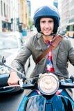 Turist i Berlin ridningsparkcykel arkivfoton