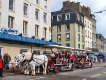Turist i den häst drog vagnen, Cherbourg, Frankrike Royaltyfri Foto