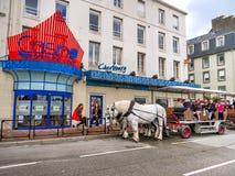 Turist i den häst drog vagnen, Cherbourg, Frankrike Fotografering för Bildbyråer