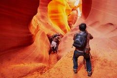 Turist i den near sidan för lägre antilopkanjon, Arizona, USA Royaltyfri Foto