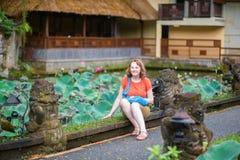 Turist i den Pura Saraswati templet i Ubud Arkivfoto