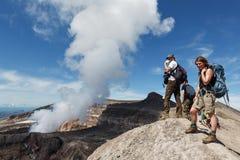 Turist i krater av den aktiva Gorely vulkan som håller ögonen på på den härliga kratersjön 10 17th 20 2009 4000 ovanför för dagut Fotografering för Bildbyråer
