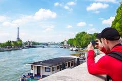 Turist i Paris Arkivfoto