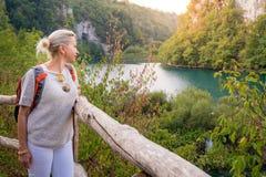 Turist i Plitvice sjönationalpark Fotografering för Bildbyråer
