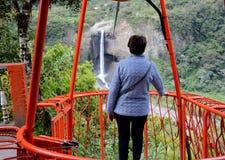 Turist i tarabitaen som ser vattenfallet av Agoyà ¡ n Arkivbild