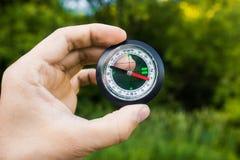 Turist- innehav en kompass Royaltyfri Fotografi
