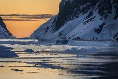 Turist- isbrytare - midnatt sol - Antarktis Arkivbilder
