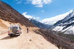 Turist- jeep på den Chopta dalen Det lokaliseras på 4000 metrar ovanför havsnivå Royaltyfria Bilder