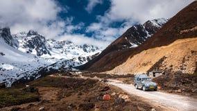 Turist- jeep på den Chopta dalen Det lokaliseras på 4000 metrar ovanför havsnivå Fotografering för Bildbyråer