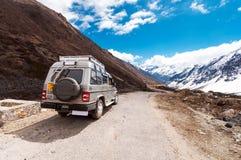 Turist- jeep på den Chopta dalen Det lokaliseras på 4000 metrar ovanför havsnivå Arkivbilder