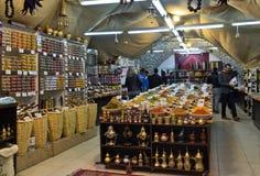 Turist- köpkryddor i litet shoppar arkivbilder
