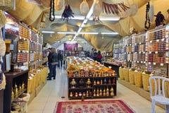 Turist- köpkryddor i litet shoppar royaltyfria bilder