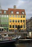 Turist- kaféer på stranden av den Nyhavn kanalen copenhagen Arkivbild