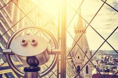 Turist- kikare över i stadens centrum Wien Fotografering för Bildbyråer