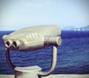 Turist- kikare för undersökning av sjösidan Arkivfoto