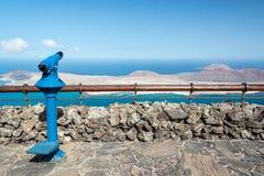 Turist- kikare i Mirador del Rio de Janeiro i Lanzarote, kanariefågelöar, Spanien Arkivbild