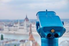 Turist- kikare på Budapest Arkivbilder