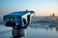 Turist- kikare på Budapest Royaltyfria Foton