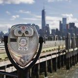 Turist- kikare på Liberty Island Royaltyfri Bild
