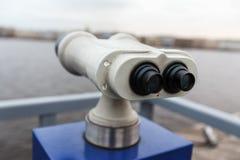 Turist- kikare på Peter-Pavel Fortres Arkivbild