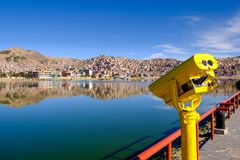 Turist- kikare på Titicaca sjön Arkivbilder