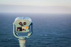 Turist- kikare som loverlooking Byron Bay Arkivfoton