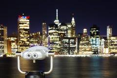 Turist- kikare som pekas på Manhattan horisont på natten, NYC Royaltyfri Foto