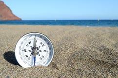 Turist- kompass i sanden Royaltyfri Bild
