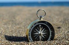 Turist- kompass i sanden Fotografering för Bildbyråer