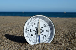 Turist- kompass i sanden Royaltyfri Fotografi