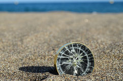 Turist- kompass i sanden Arkivfoto