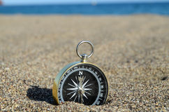 Turist- kompass i sanden Royaltyfri Foto