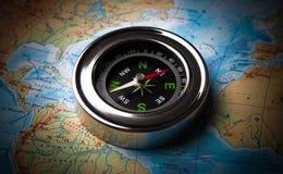 Turist- kompass som ligger på en översikt Royaltyfri Fotografi