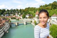 Turist- koppla av i Bern under det Schweiz loppet Royaltyfri Fotografi